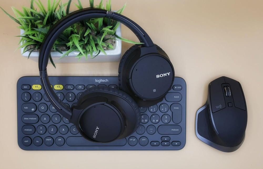 wireless headsets and computer mouse_davide-boscolo-gz9njd0zYbQ-unsplash